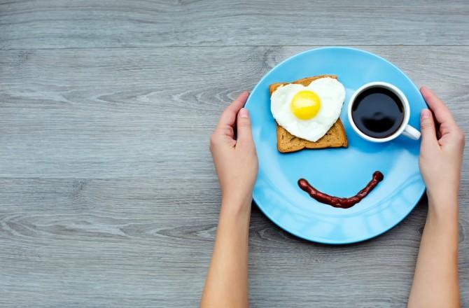 青い食器に置かれる少ない朝食
