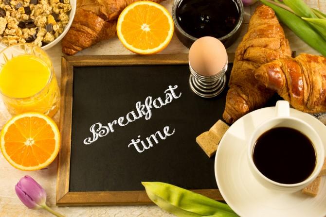 朝食と「breakfast time」の看板