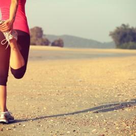 運動後にストレッチする女性