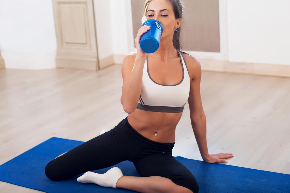 運動後にタンパク質を摂取する女性