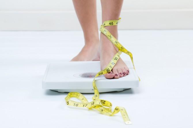 体重計にのる女性の脚