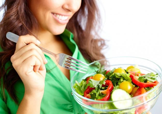 サラダをたべる女性