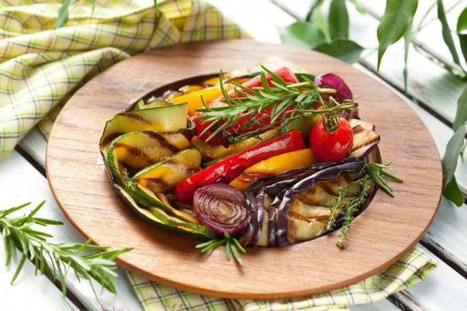 木皿にのった野菜