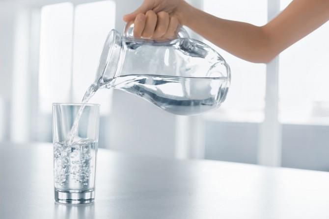 コップに注ぐ水