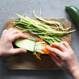 野菜をピーラーでパスタにする
