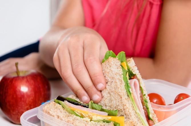 サンドイッチを食べようとする女性