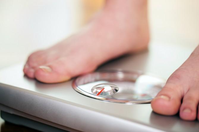体重計に乗る女性の脚のアップ