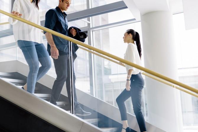 一歩一歩階段をのぼる女性
