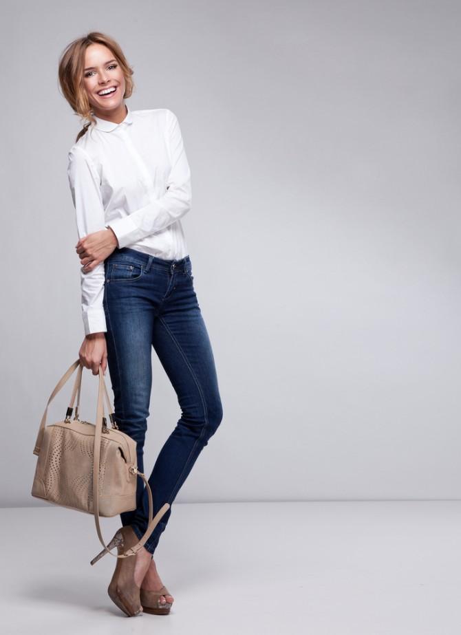 タイトなシャツとジーンズを着る女性