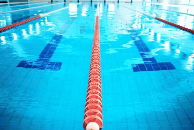 プールサイド目線でプールのレーン