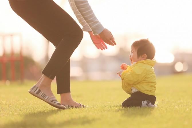 公園でお母さんを待つ子供