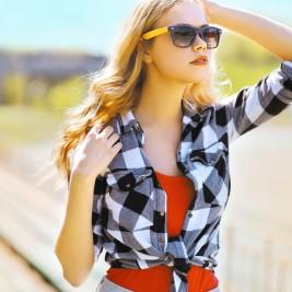 夏の日差しを浴びるモデル女性