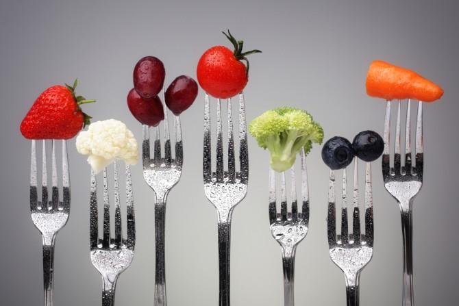 野菜にさしたいくつかのフォーク