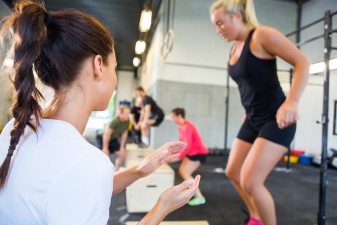 インターバルトレーニングに励む女性