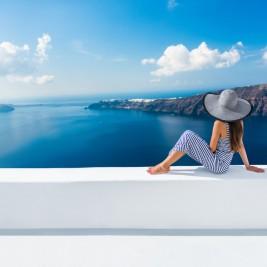 海辺のホテルでくつろぐ青ストライプのワンピースを着た女性