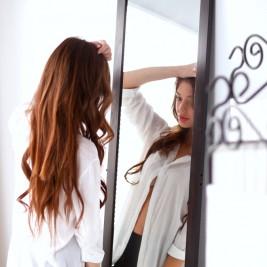 鏡をながめる女性