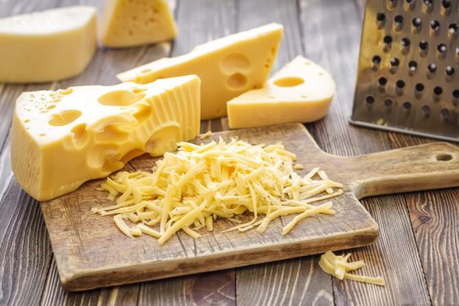 三角のブロックチーズと千切りチーズ