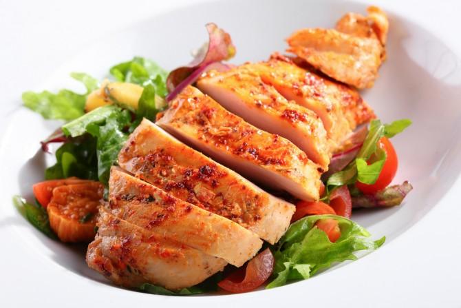 肉料理とサラダ