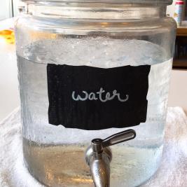 waterと書かれた大きなガラスのボトル