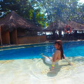 プールで水浴びをする女性