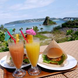 リゾート地、フルーツジュースとハンバーガー