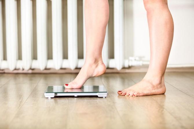 体重計におそるおそる乗る女性