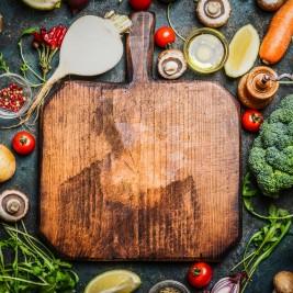 まな板の周りに数十種類の野菜