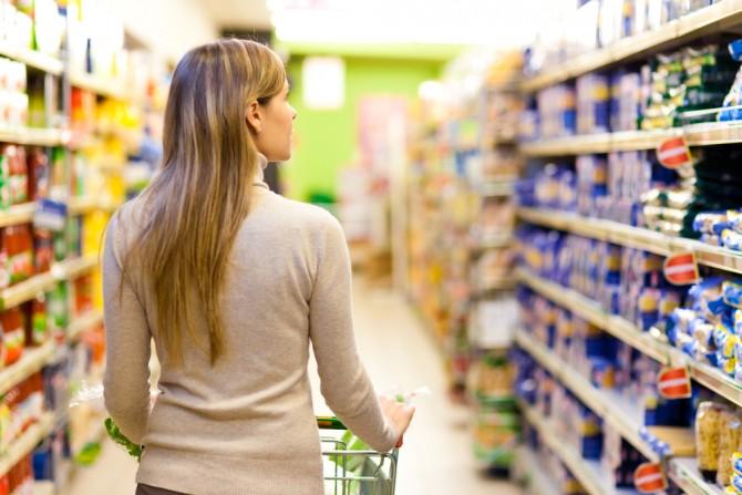 スーパーで食品を選ぶ女性