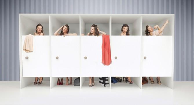 5人の女性がフィットルームで服を選ぶ