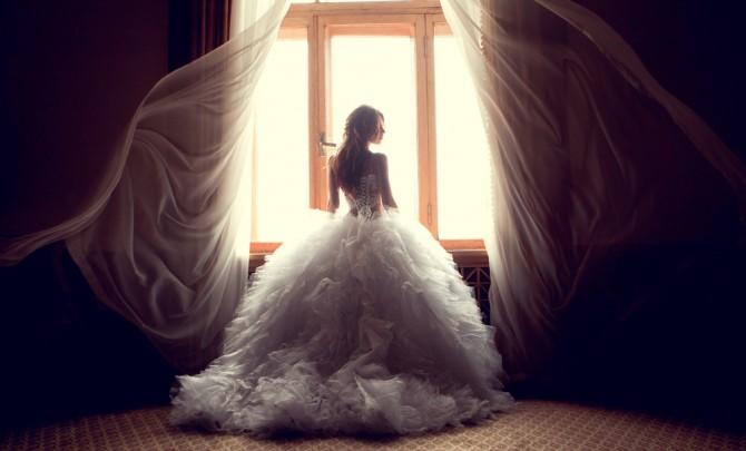 Aラインのウエディングドレスを着た女性