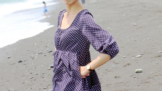 海を前にした女性のポージング