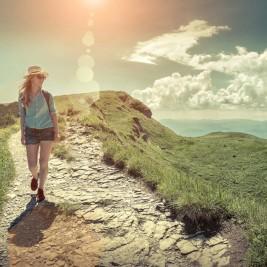 女性のハイキング