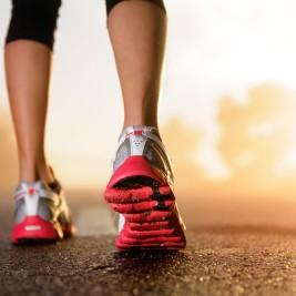 靴をアップにしたジョギングを始めそうな女性
