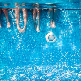 きれいなプールを水中から