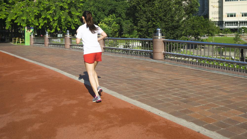 運動公園で走る女性