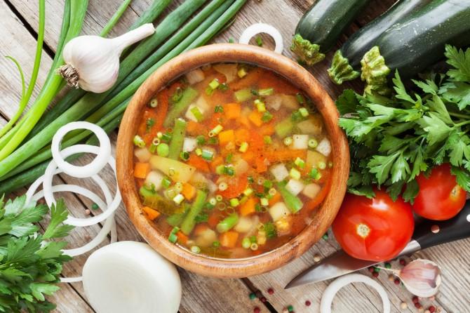木のボールに入ったスープ