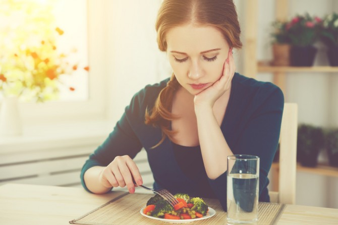 料理の前で悩む女性