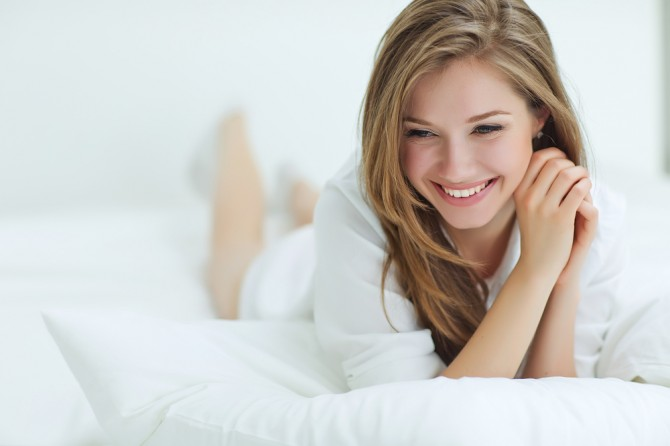 ベッドの上でリラックス女性