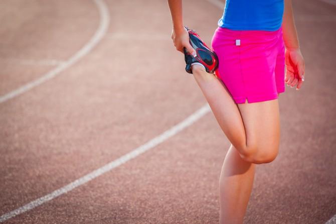 足の筋を伸ばす女性