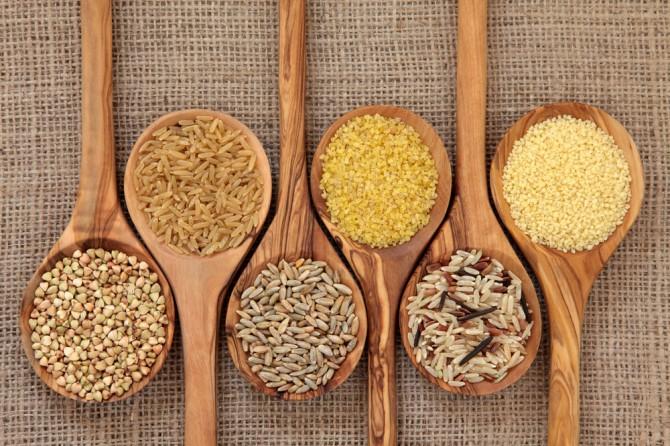 スプーンにのったお米数種