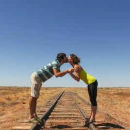若い男女が線路の上でキス