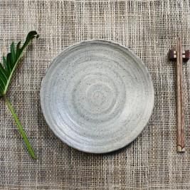 セラミック皿と竹箸