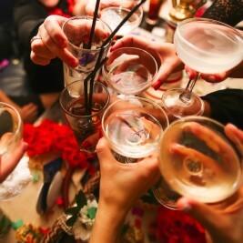 乾杯する男女のグラス