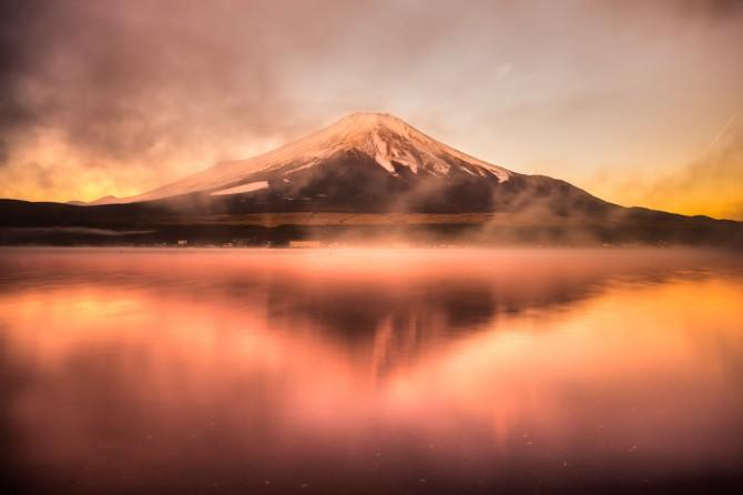 オレンジ色に彩られた富士山