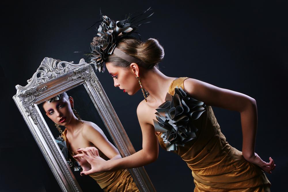 鏡を見るスタイリッシュな女性