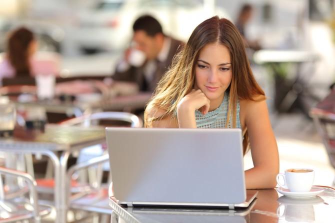 パソコンを見ながら頬杖をつく女性