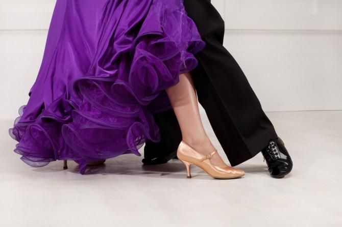 社交ダンスを踊る男女の足元