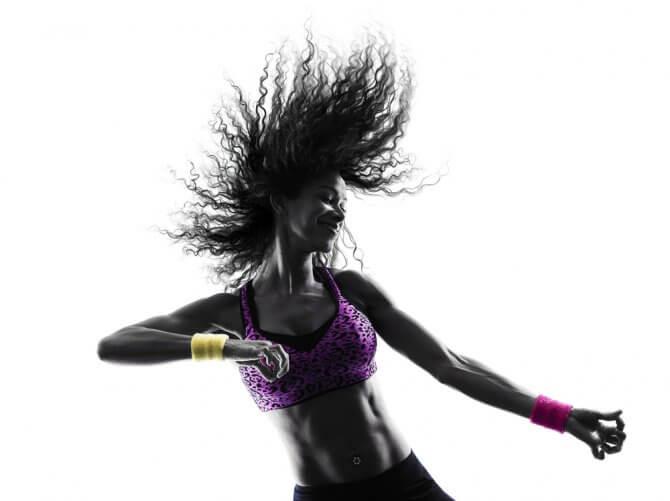 髪を振り乱しながらズンバを踊る女性