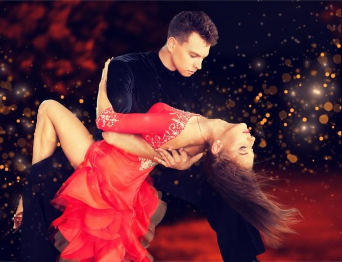 情熱的にサルサを踊る男女