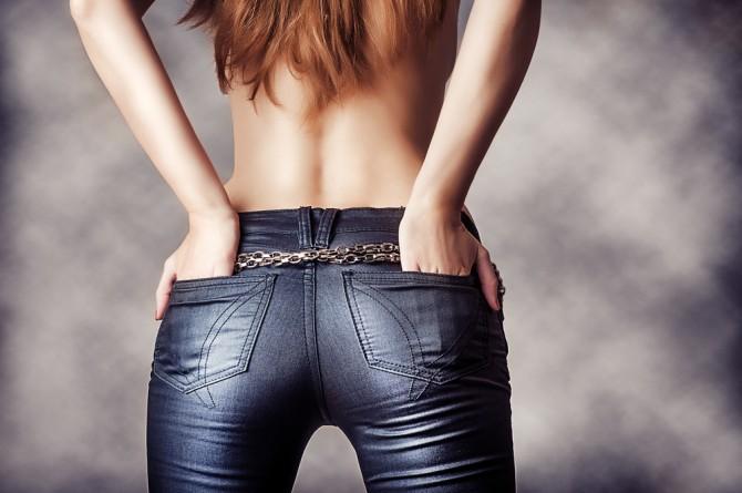 セクシーな腰をした女性の後ろ姿